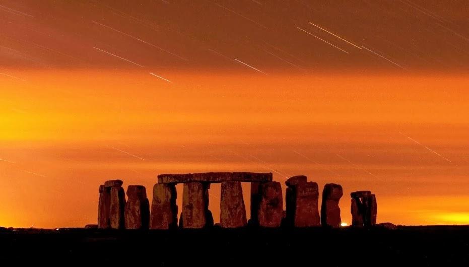 Stonehenge na Inglaterra e céu alaranjado