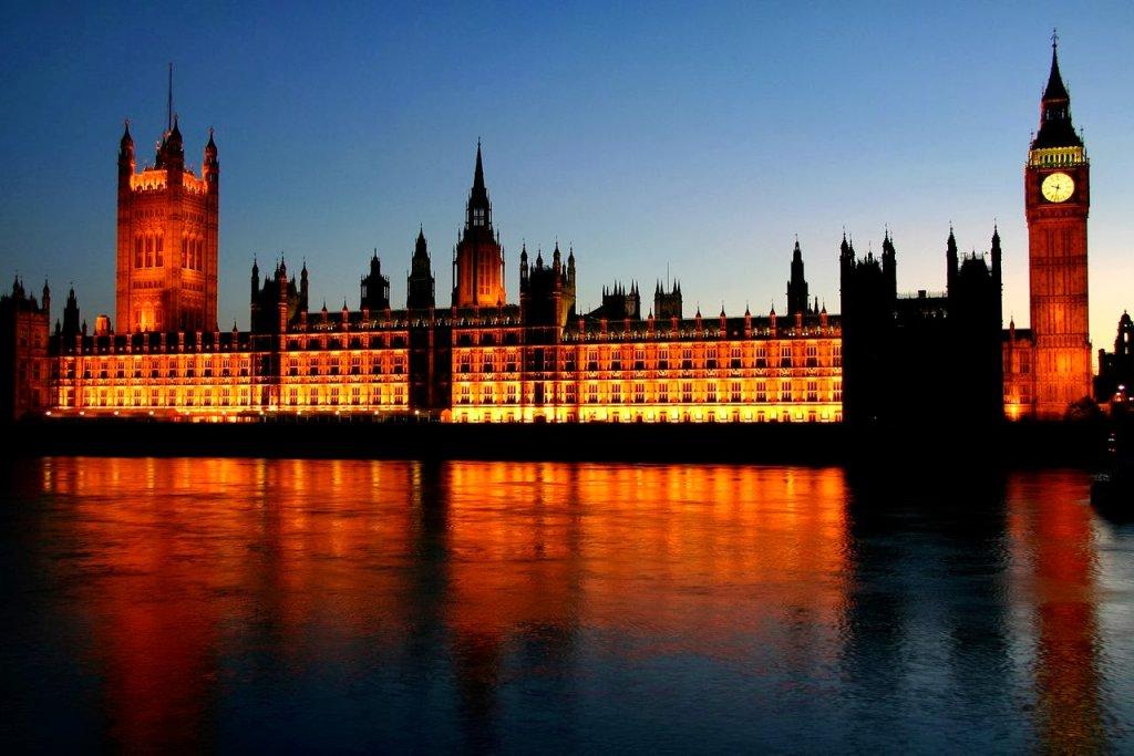 Palácio de Westminster iluminado em Londres