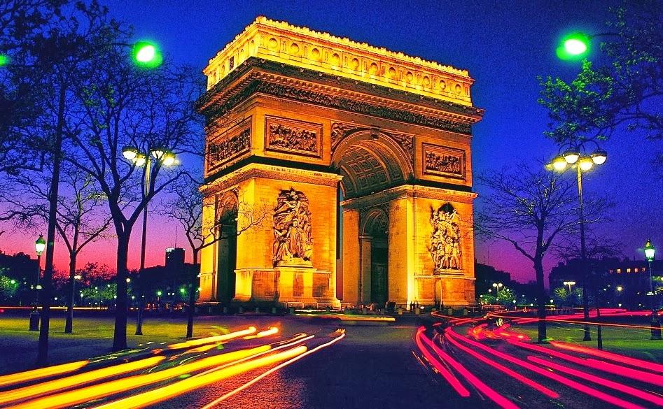 Arco do Triunfo iluminado em Paris