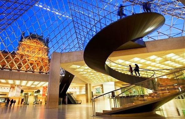 Interior do Museu do Louvre em Paris