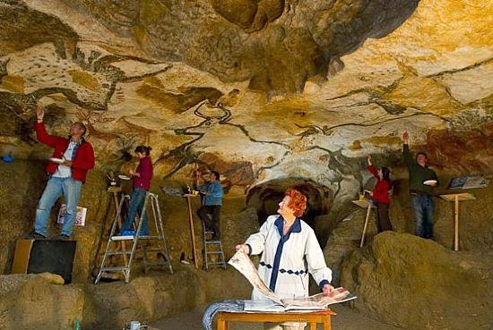 Historiadores nas cavernas de Lascaux na França