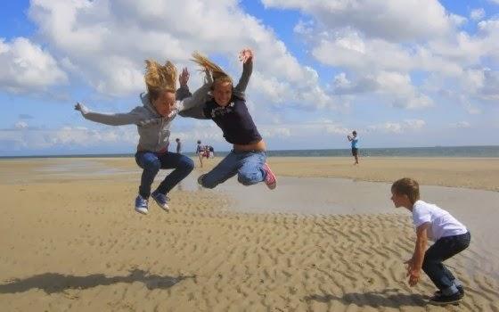Crianças brincando em praia na Holanda
