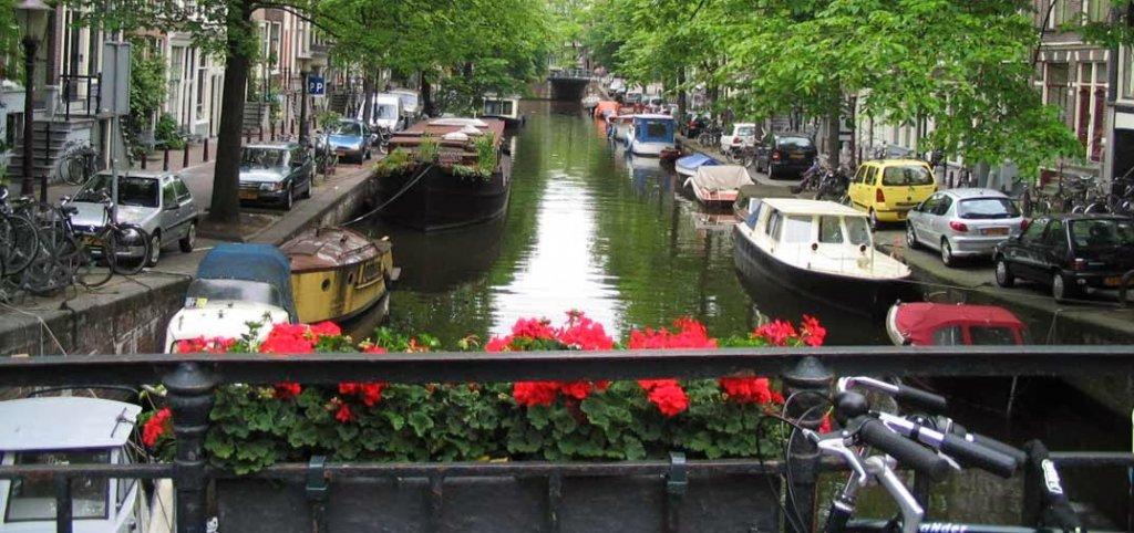 Canal no centro de Amsterdam na Holanda