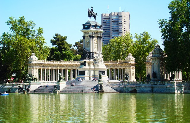 Lago e monumentos do Parque do Retiro em Madri