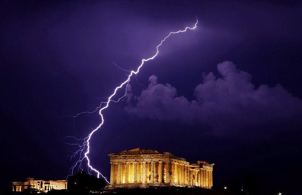 Pártenon em Atenas na Grécia iluminado e raio no céu