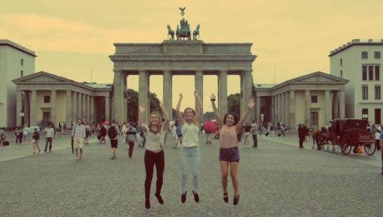 Visitantes no Portão de Brandemburgo em Berlim