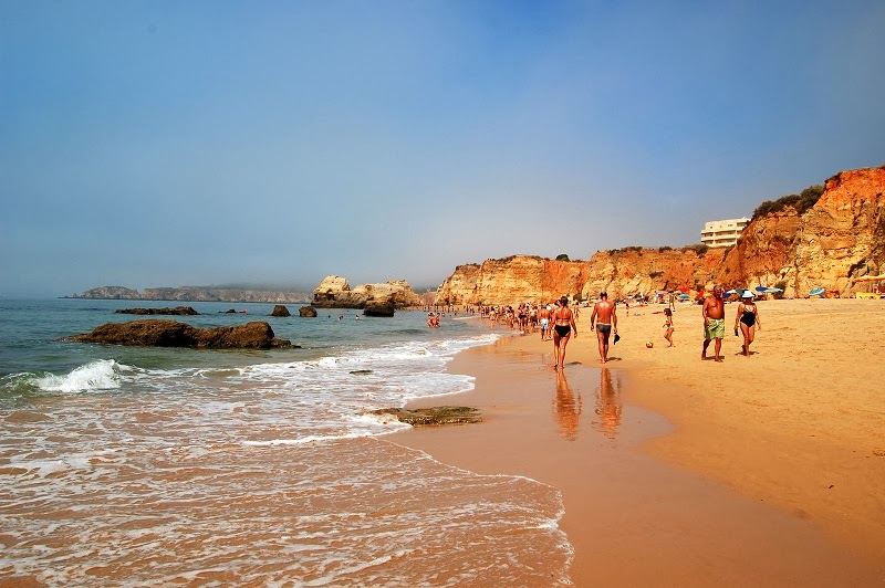 Visitantes na praia da Rocha em Algarve