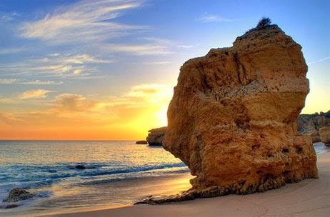 Pôr do sol na praia da Rocha em Algarve
