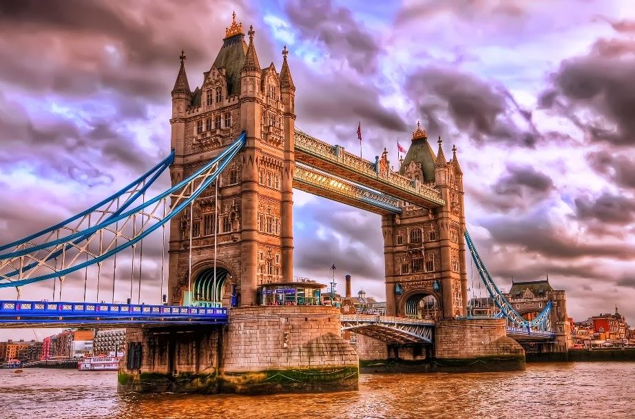 Ponte Tower Bridge em Londres iluminada