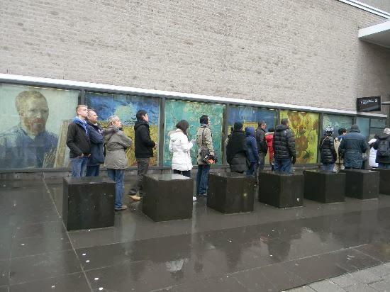 Visitantes na fila do Museu Van Gogh em Amsterdam
