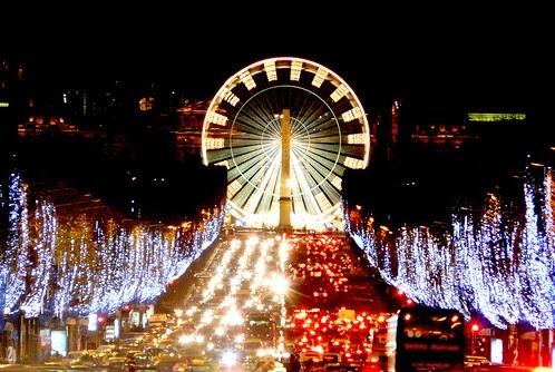 Champs-Elysées em Paris iluminada durante a noite