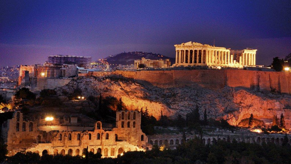 Acrópole de Atenas iluminada de noite