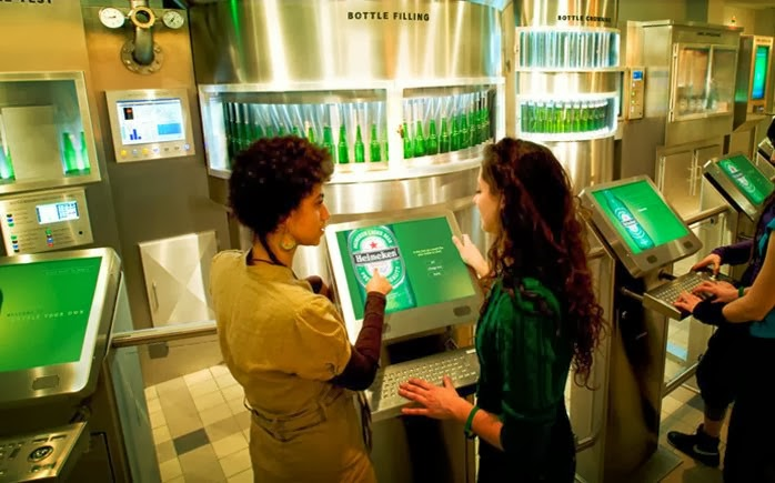 Visitante na Heineken Experience em Amsterdam