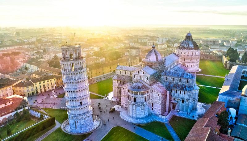 A inclinada Torre de Pisa   Itália