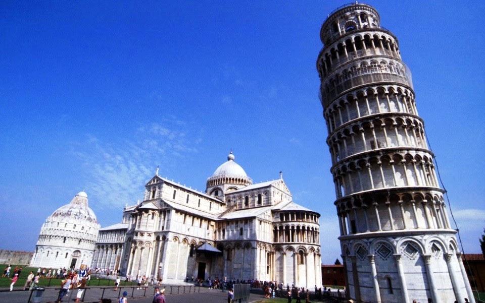Torre de Pisa na Piazza del Duomo na Itália