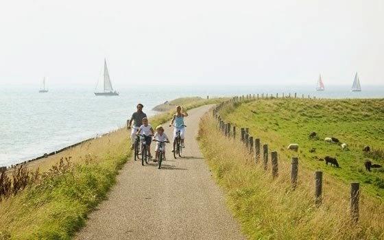 Família andando de bicicleta
