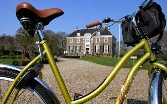 Bicicleta parada e construção de fundo