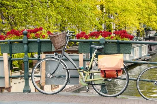 Bicicleta em ponte da Holanda