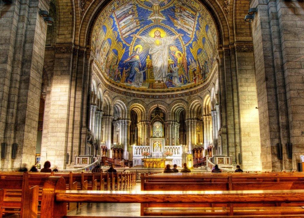 Interior da Basílica do Sagrado Coração em Paris