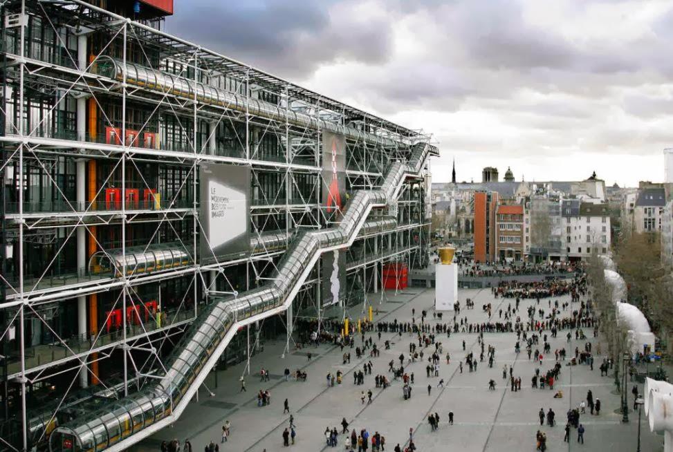 Visitantes na entrada do Centro Georges Pompidou em Paris