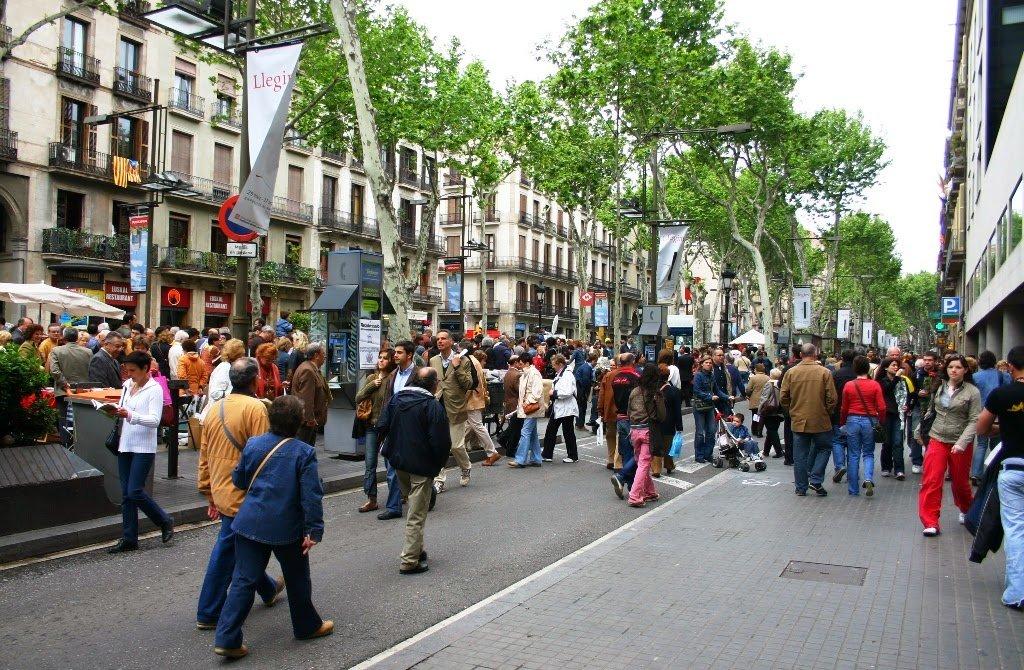 Pessoas na Rua La Rambla em Barcelona