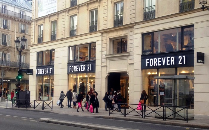 Lojas de roupas na Rue Rivoli em Paris