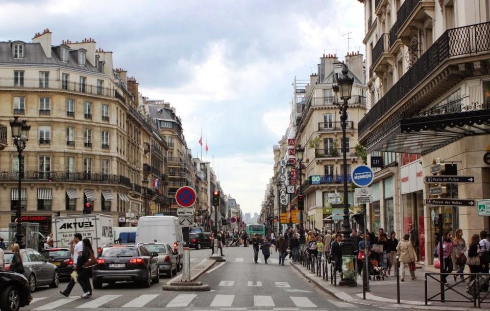 Movimento na Rue Rivoli em Paris