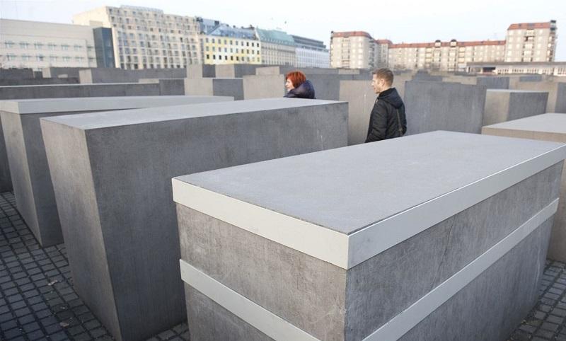 Visitantes no Memorial do Holocausto em Berlim