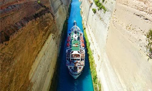 Embarcação no Canal de Corinto