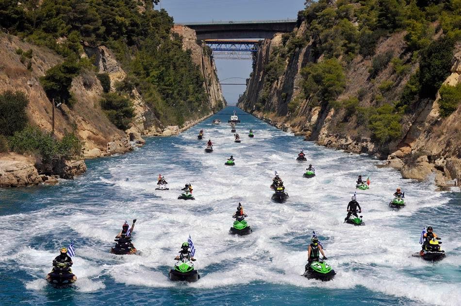 Pessoas andando de jet skis no Canal de Corinto na Grécia