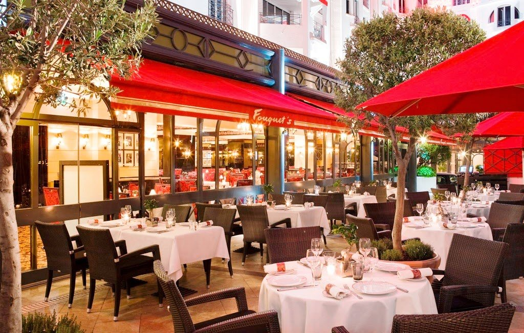Mesas do Café Fouquet's em Paris