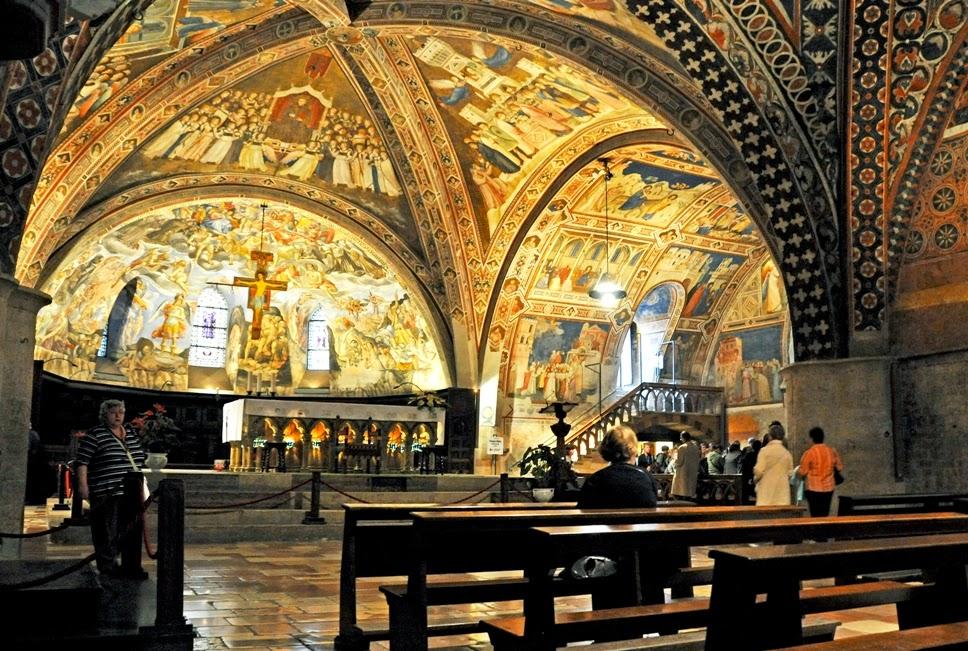 Interior da Basílica de São Francisco de Assis na Itália