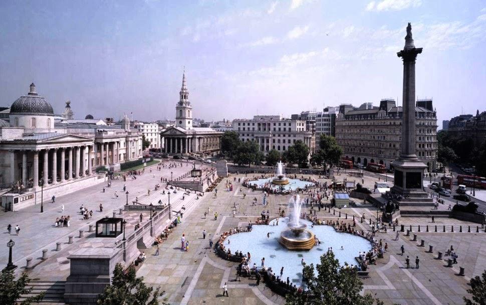 Movimento na Praça Trafalgar Square em Londres