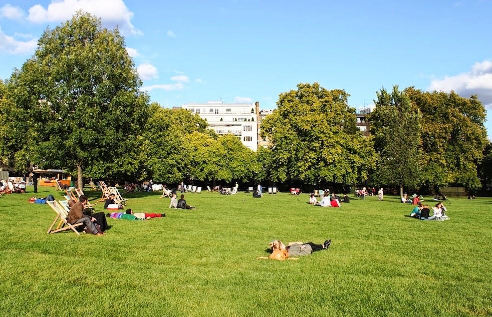 Pessoas no parque Green Park em Londres