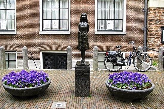 Estátua de Anne Frank em Amsterdam