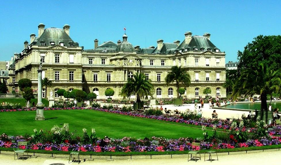 Pessoas no Jardim de Luxemburgo em Paris