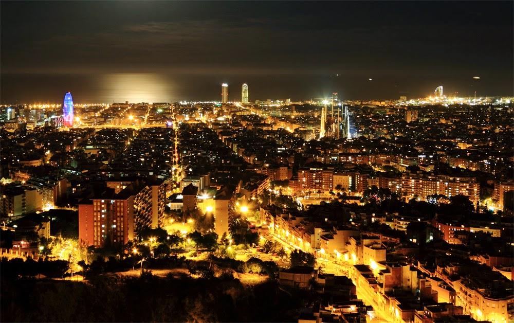 Barcelona iluminada durante a noite