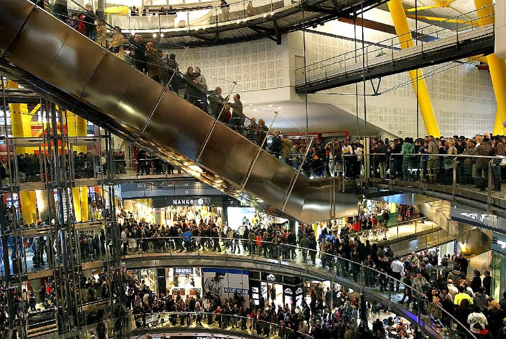 Pessoas em shopping de Barcelona