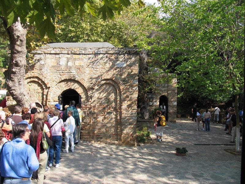 Visitantes em fila para entrar na Casa da Virgem Maria na Turquia