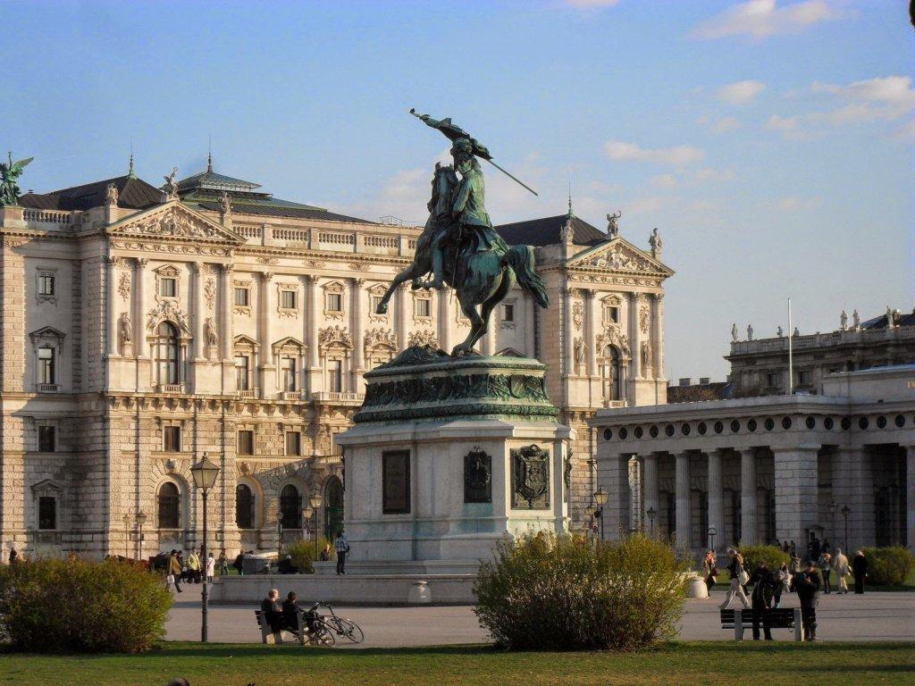 Pessoas na Praça Heldenplatz em Viena