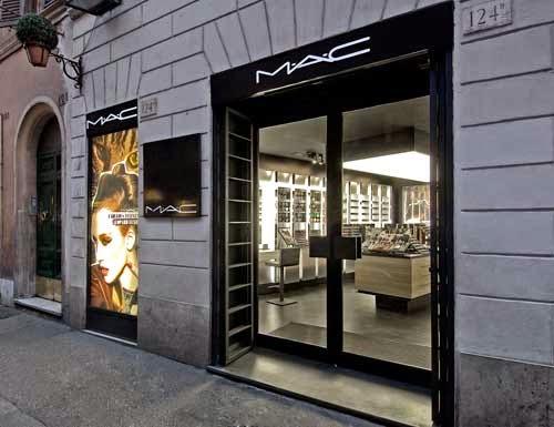 Loja da MAC em rua de Roma