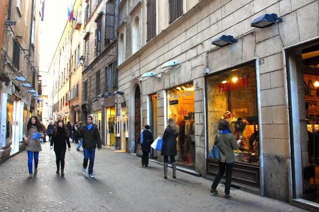 Estabelecimentos comerciais em rua de Roma