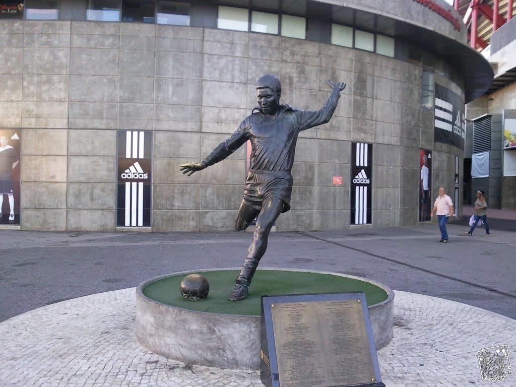 Estátua do lado de fora do Estádio da Luz em Lisboa