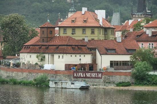 Franz Kafka Museum em Praga visto de longe