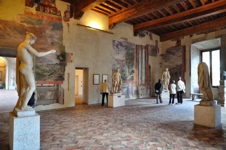 Visitantes no Museu Nacional Romano em Roma