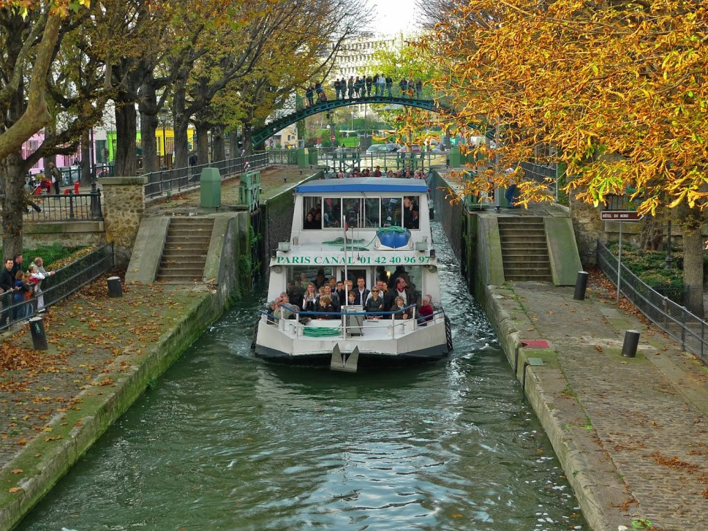 Embarcação no Canal Saint-Martin em Paris