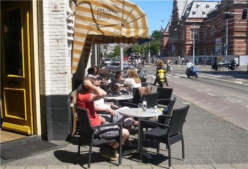 Mesas do lado de fora do Pompa Restaurant em Amsterdã