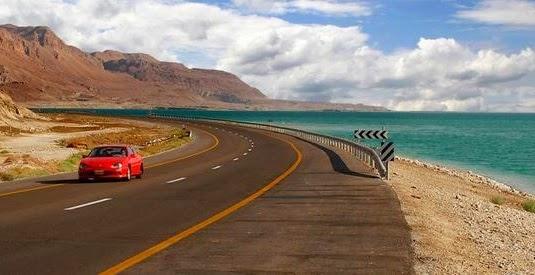 Carro em estrada e paisagem de fundo
