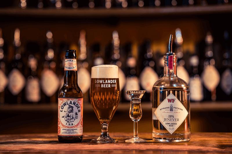 Cerveja e bebida alemã Jenever em balcão