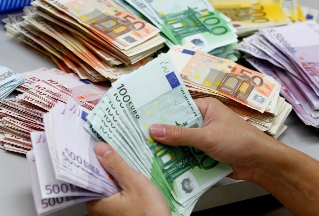 Pessoa segurando notas de euros
